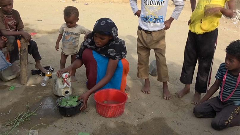 Yemen'de Müslümanlar yaprak yiyerek hayatta kalmaya çalışıyor