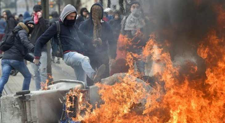 Fransa, göstericilere teslim oldu
